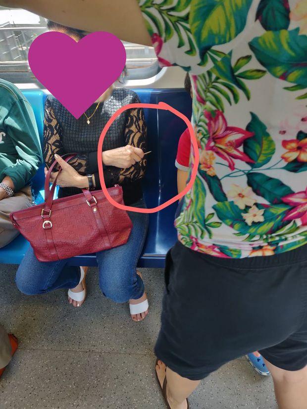Nữ hành khách bị chỉ trích ích kỷ khi giữ chỗ kiểu kỳ quặc - 2