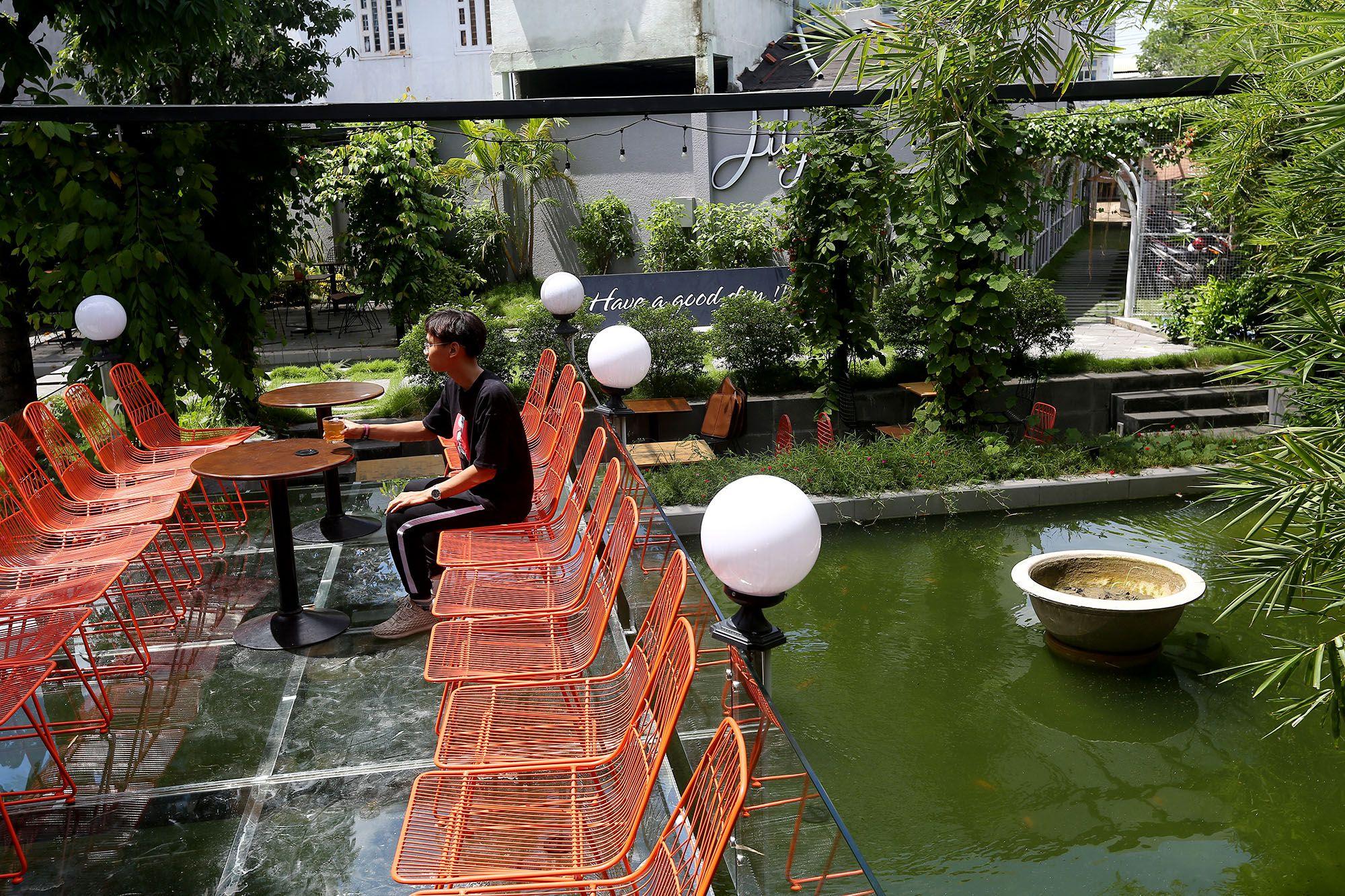 Quán cà phê ở Sài Gòn cho khách chui vào ống cống - 13