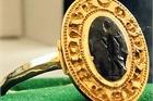 Người đàn ông tìm được chiếc nhẫn vàng cổ giá hơn 280 triệu đồng vì đãng trí 30 năm