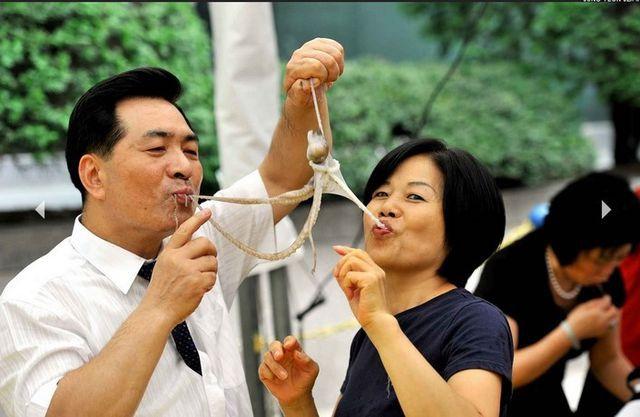 """Những món ăn sống """"kinh dị"""" nhất thế giới, Việt Nam cũng góp mặt - 7"""