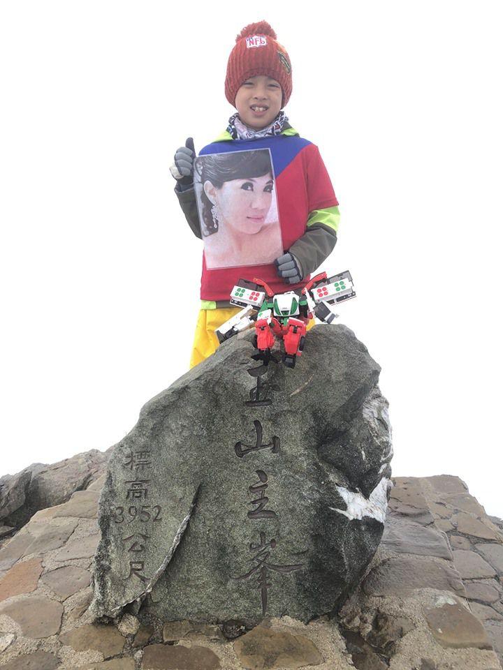 Thực hiện lời hứa với mẹ, bé 8 tuổi chinh phục đỉnh núi cao 3952 mét - 2