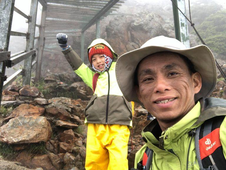 Thực hiện lời hứa với mẹ, bé 8 tuổi chinh phục đỉnh núi cao 3952 mét - 3