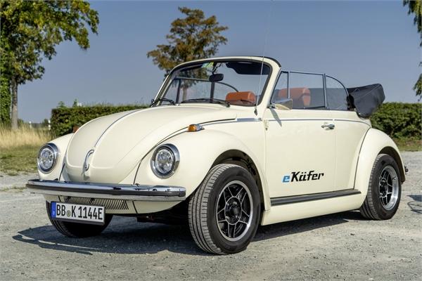 """""""Con bọ"""" Volkswagen Beetle tái xuất thành xe chạy điện"""