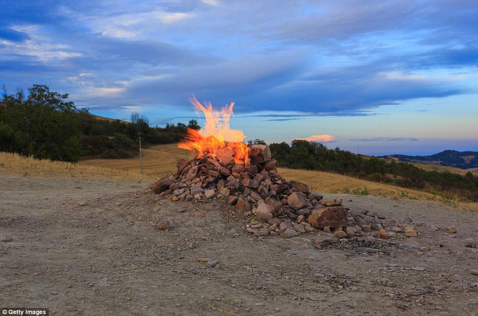 Núi lửa nhỏ nhất thế giới chỉ cao vỏn vẹn hơn 1m, cháy âm ỉ gần trăm năm - 4