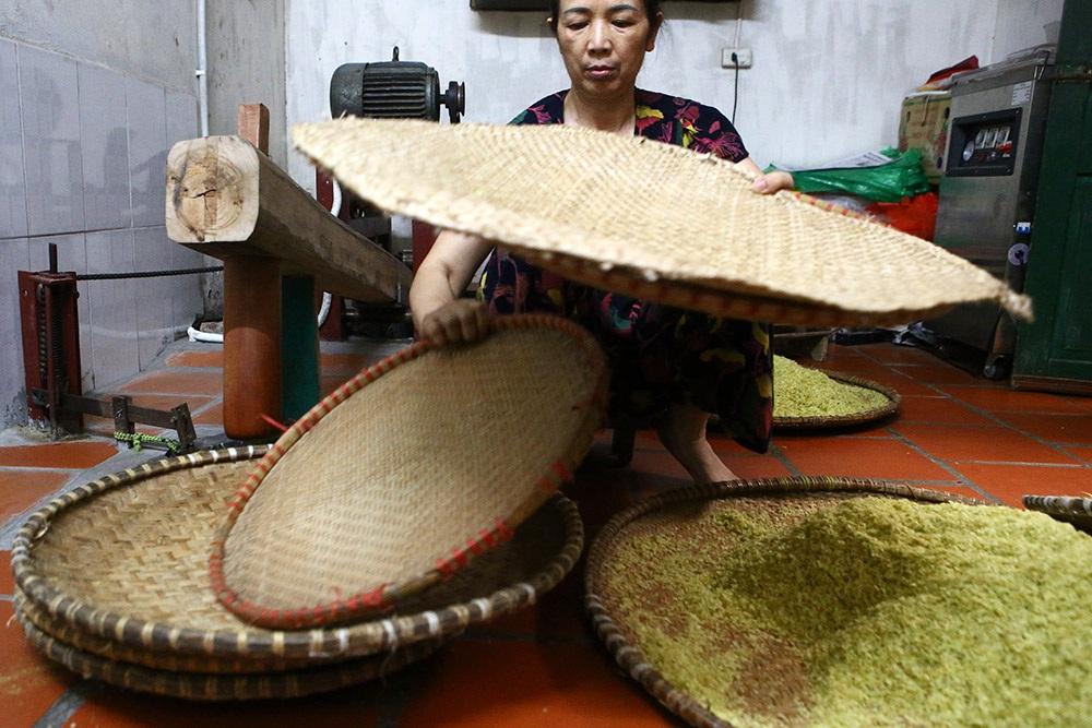 Tận mắt xem quy trình làm cốm ở làng nghề nổi tiếng nhất Hà Nội - 4