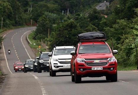 Xe du lịch tấp nập nối nhau về Việt Nam - 2