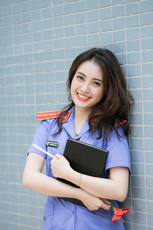 Nữ kiểm sát viên xinh đẹp, sở hữu nụ cười tỏa nắng - 1