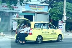 """Taxi chở 11 người, ngồi tràn cả cốp xe """"vi vu"""" trên Quốc lộ 1A"""