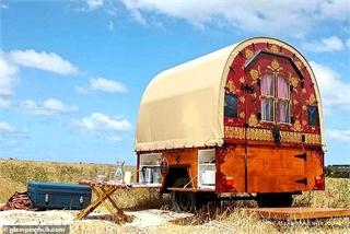 Hô biến xe ngựa trở thành một nhà nghỉ độc đáo giữa cánh đồng