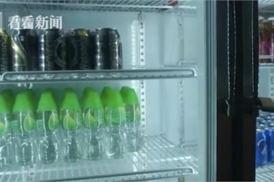 Nhân viên phục vụ mang nhầm chai nước tẩy cho khách uống
