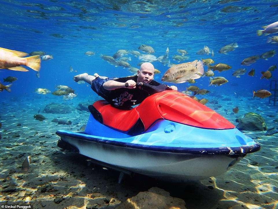 Ảnh chụp dưới nước độc đáo khiến khách nườm nượp kéo đến lặn ao làng ở Indonesia - 5