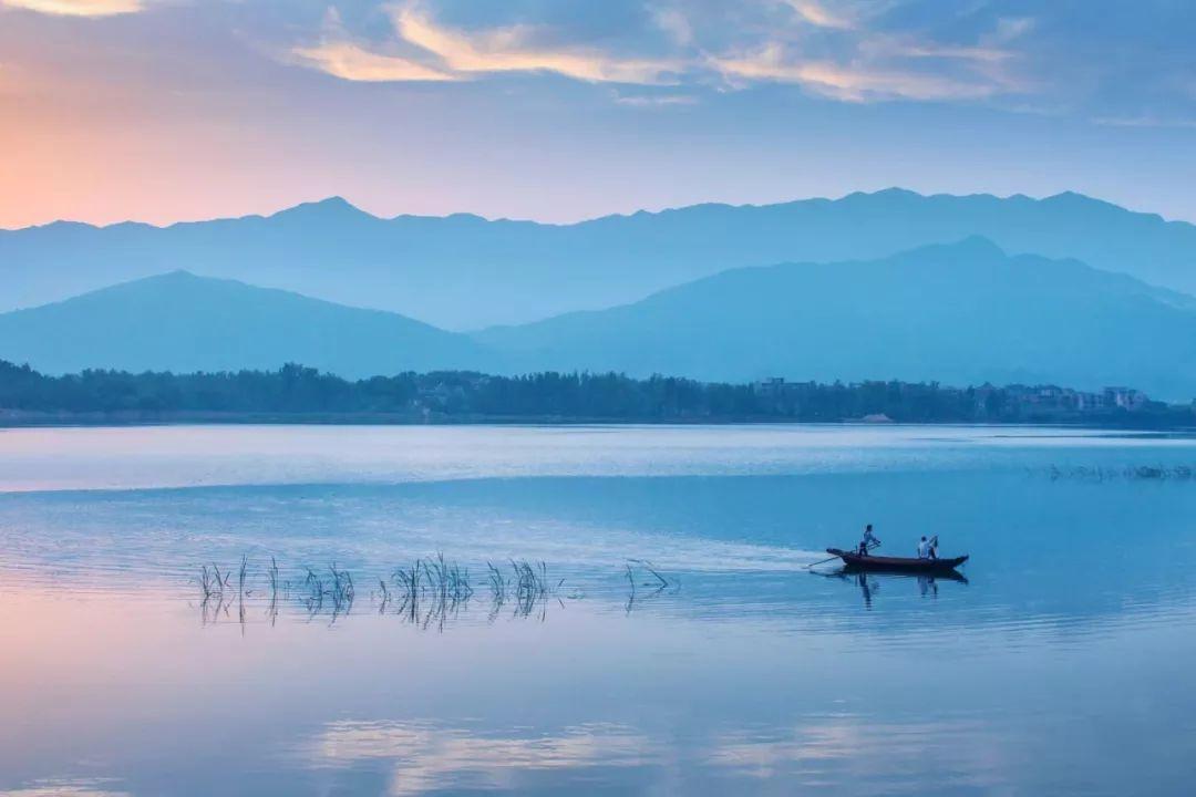 Con đường dưới nước chia hồ nước ngọt lớn nhất Trung Quốc làm đôi - 4