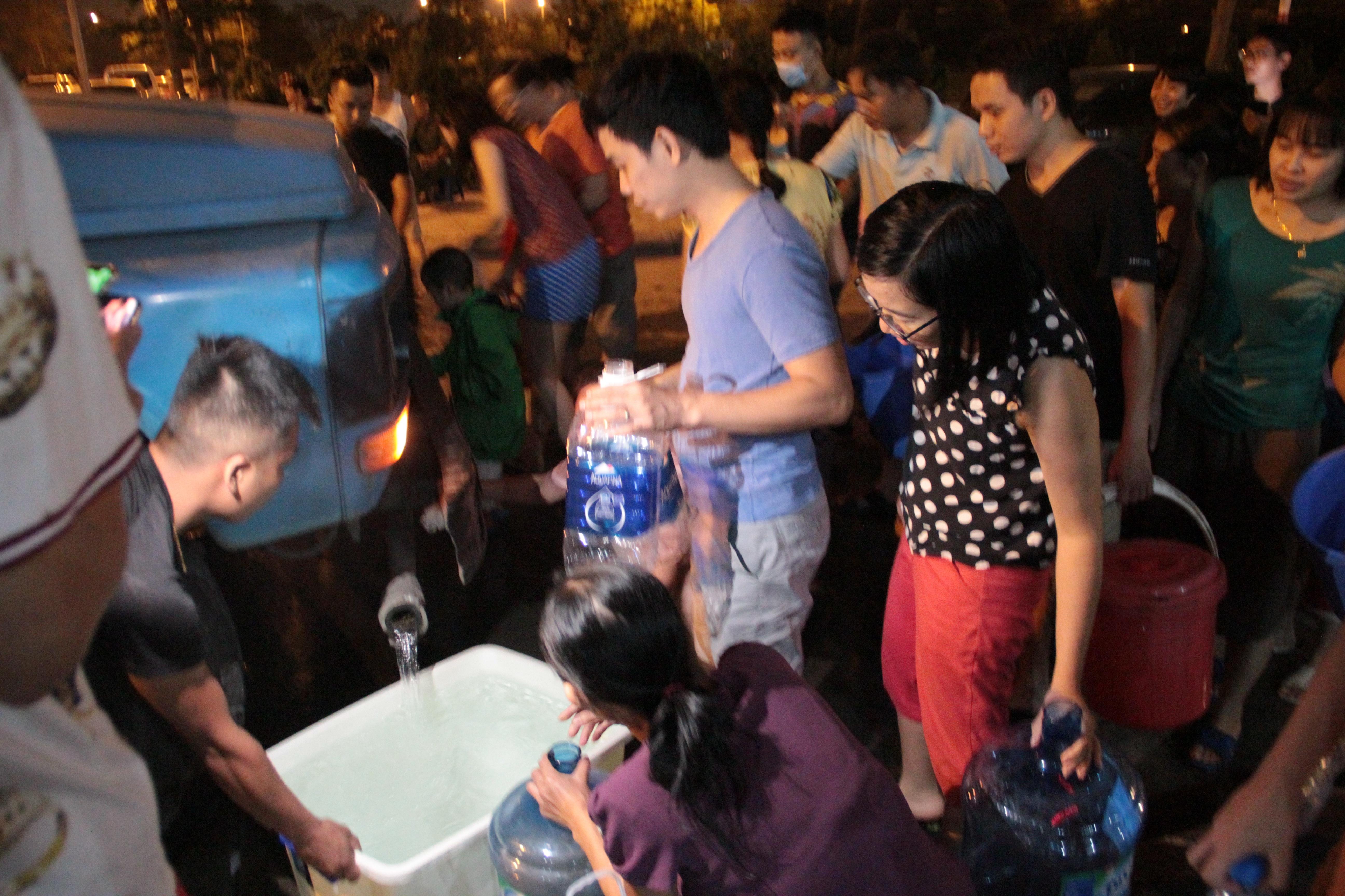 Dân Hà Nội xếp hàng từ đêm khuya, lấy cả nước từ... bể bơi về dùng - 6