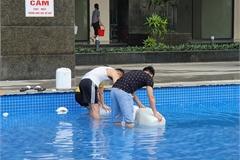 Dân Hà Nội xếp hàng từ đêm khuya, lấy cả nước từ... bể bơi về dùng
