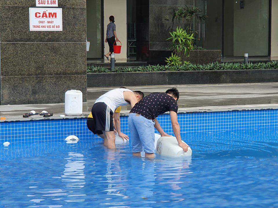 Dân Hà Nội xếp hàng từ đêm khuya, lấy cả nước từ... bể bơi về dùng - 3