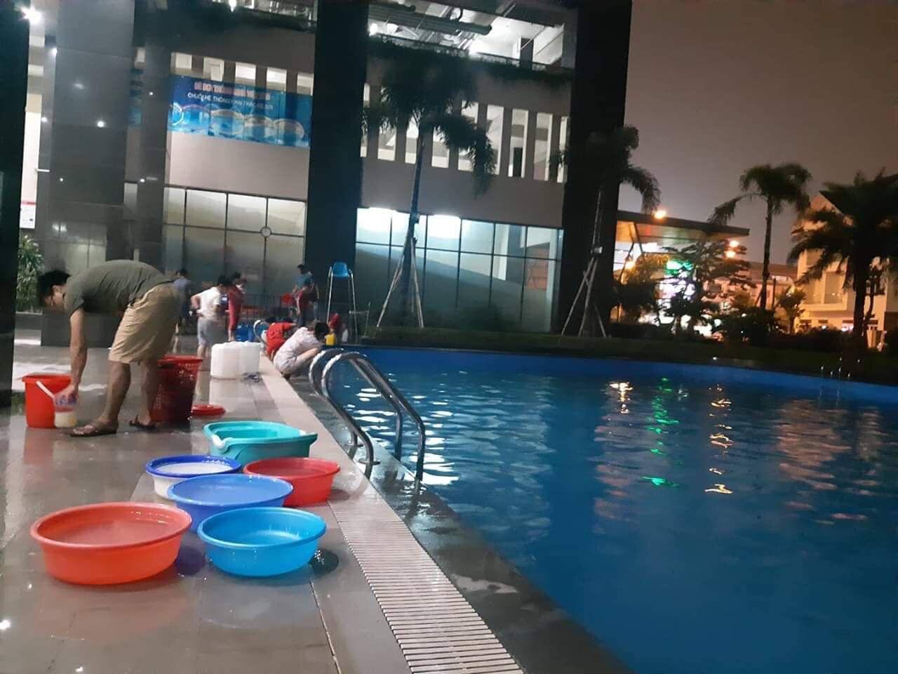 Dân Hà Nội xếp hàng từ đêm khuya, lấy cả nước từ... bể bơi về dùng - 2