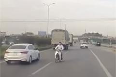 Kinh hoàng xe máy chạy giữa đường cao tốc Hà Nội - Lạng Sơn