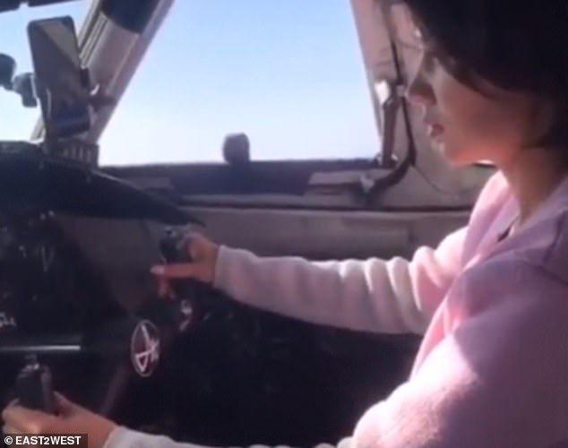 Phi công thản nhiên để nữ hành khách cùng điều khiển máy bay - 2