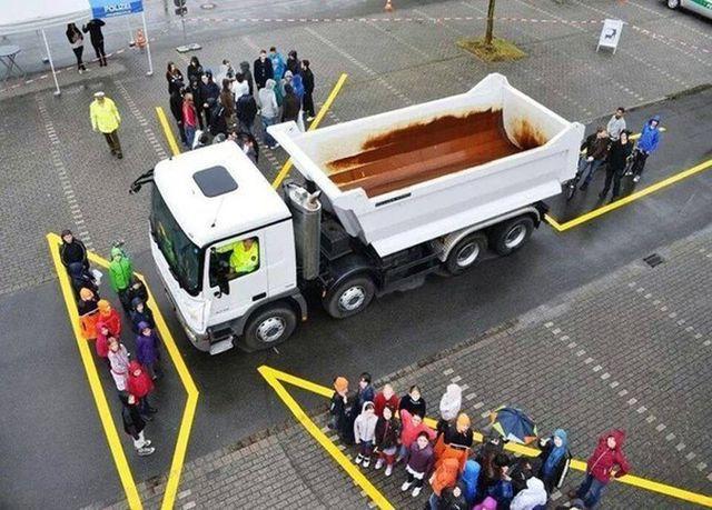 Chạy cắt mặt xe tải - Bài học cho lái mới - 1
