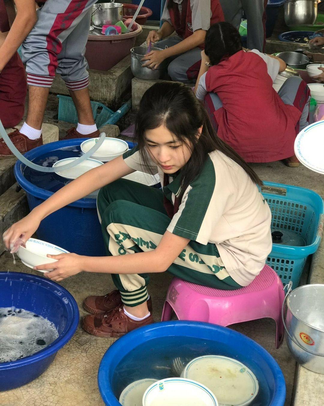 """""""Nữ thần học đường"""" Thái Lan gây """"sốt"""" với ảnh ngồi cặm cụi rửa bát - 1"""