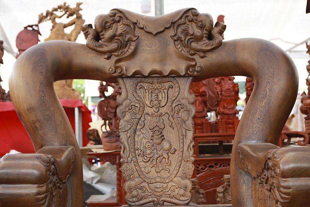 """Cận cảnh bộ bàn ghế """"khủng"""" giá hàng trăm triệu đồng ở Hà Nội - 11"""