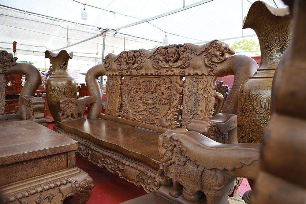 """Cận cảnh bộ bàn ghế """"khủng"""" giá hàng trăm triệu đồng ở Hà Nội - 2"""