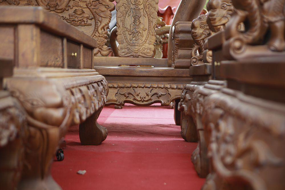 """Cận cảnh bộ bàn ghế """"khủng"""" giá hàng trăm triệu đồng ở Hà Nội - 7"""