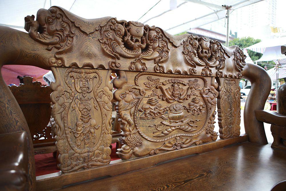 """Cận cảnh bộ bàn ghế """"khủng"""" giá hàng trăm triệu đồng ở Hà Nội - 9"""