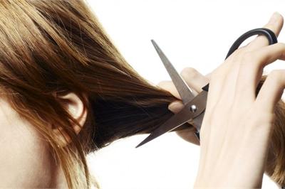 """Hành khách cắt phăng đuôi tóc dài của cô gái vì """"ngứa mắt"""""""
