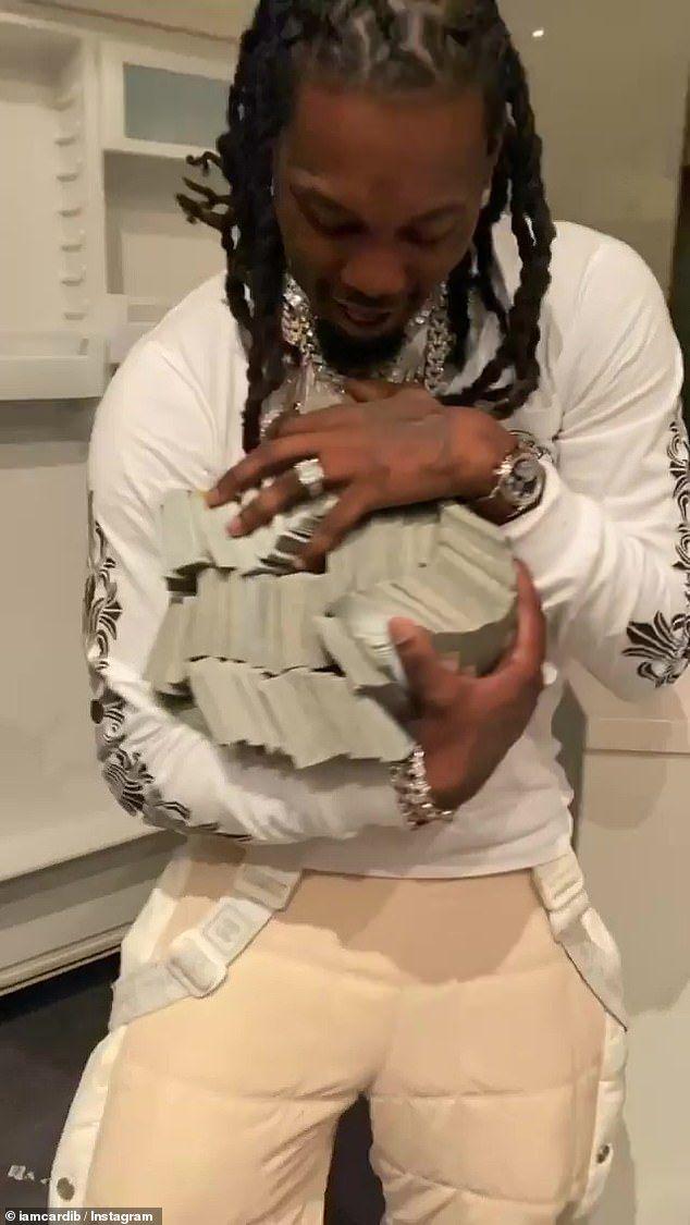 Cardi B tặng chồng bao tải tiền trong ngày sinh nhật - 1