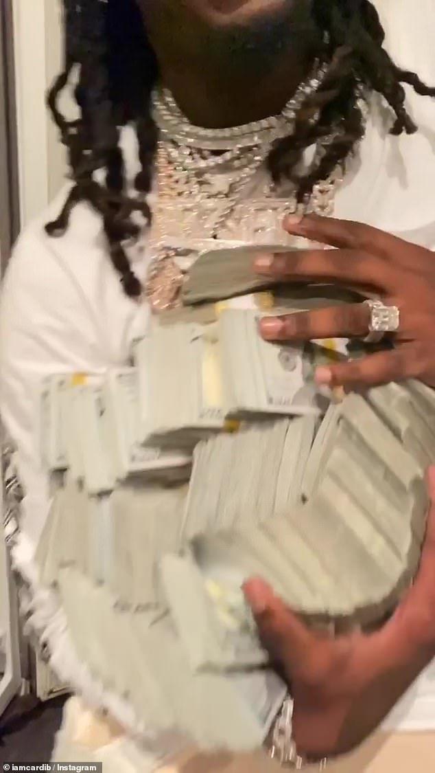 Cardi B tặng chồng bao tải tiền trong ngày sinh nhật - 3