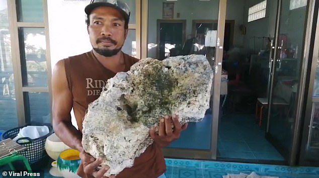 Nhặt rác trên bãi biển, tình cờ tìm thấy vật quý giá 16,7 tỉ đồng - 1