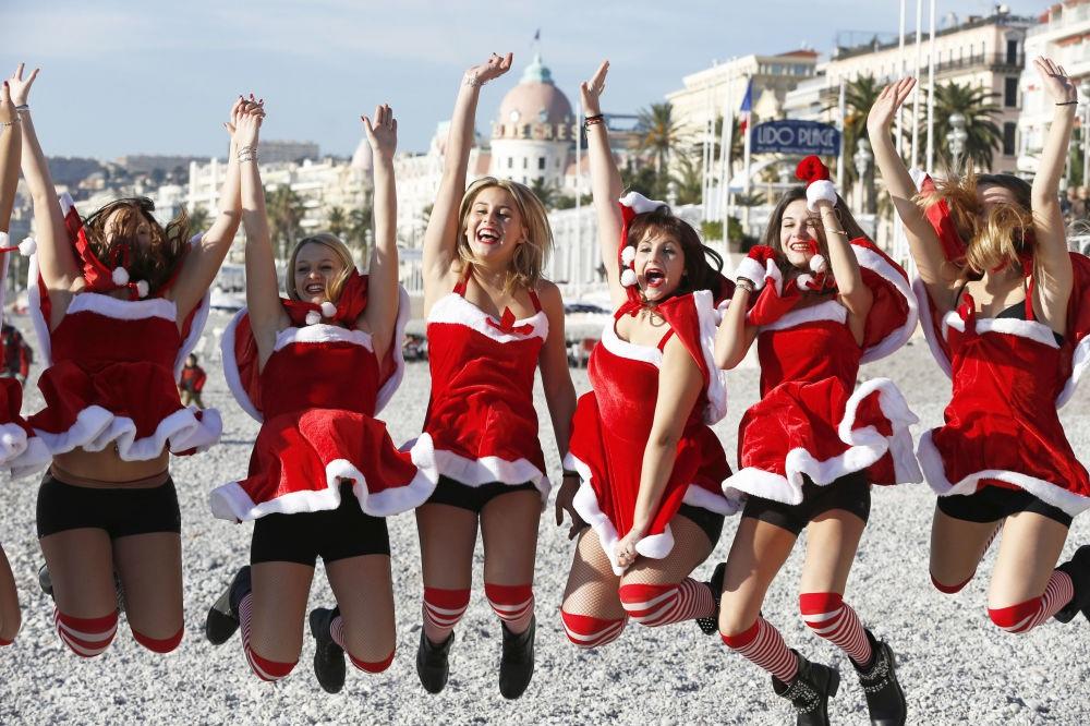 Những bà già Noel nóng bỏng quyến rũ nhất thế giới - 11