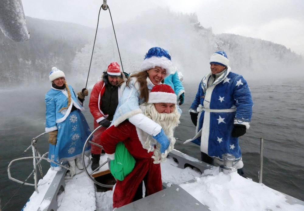 Những bà già Noel nóng bỏng quyến rũ nhất thế giới - 12