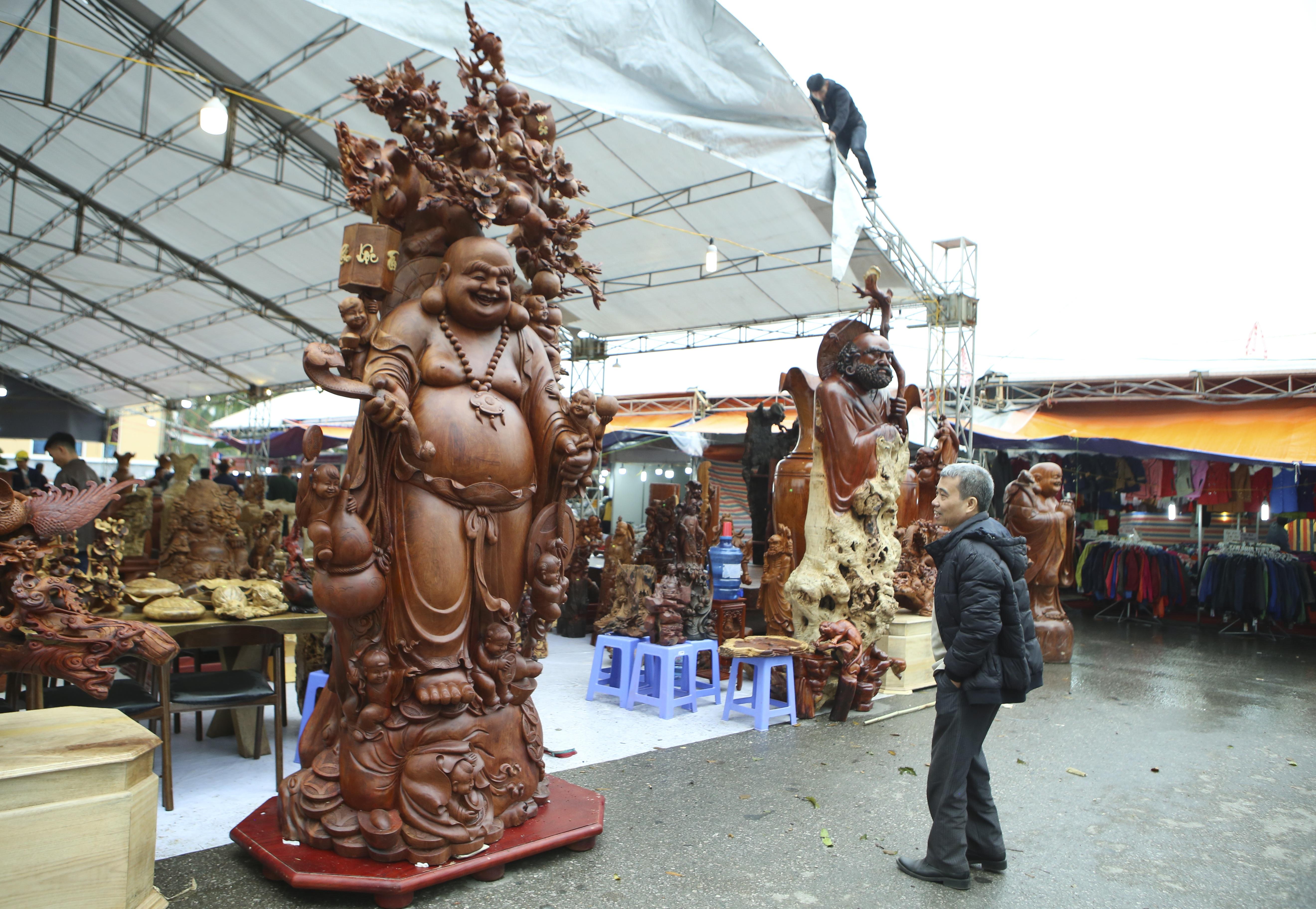 Choáng với bức tượng Phật Di Lặc Cửu tặc làm bằng gỗ hương giá 1 tỷ đồng - 1