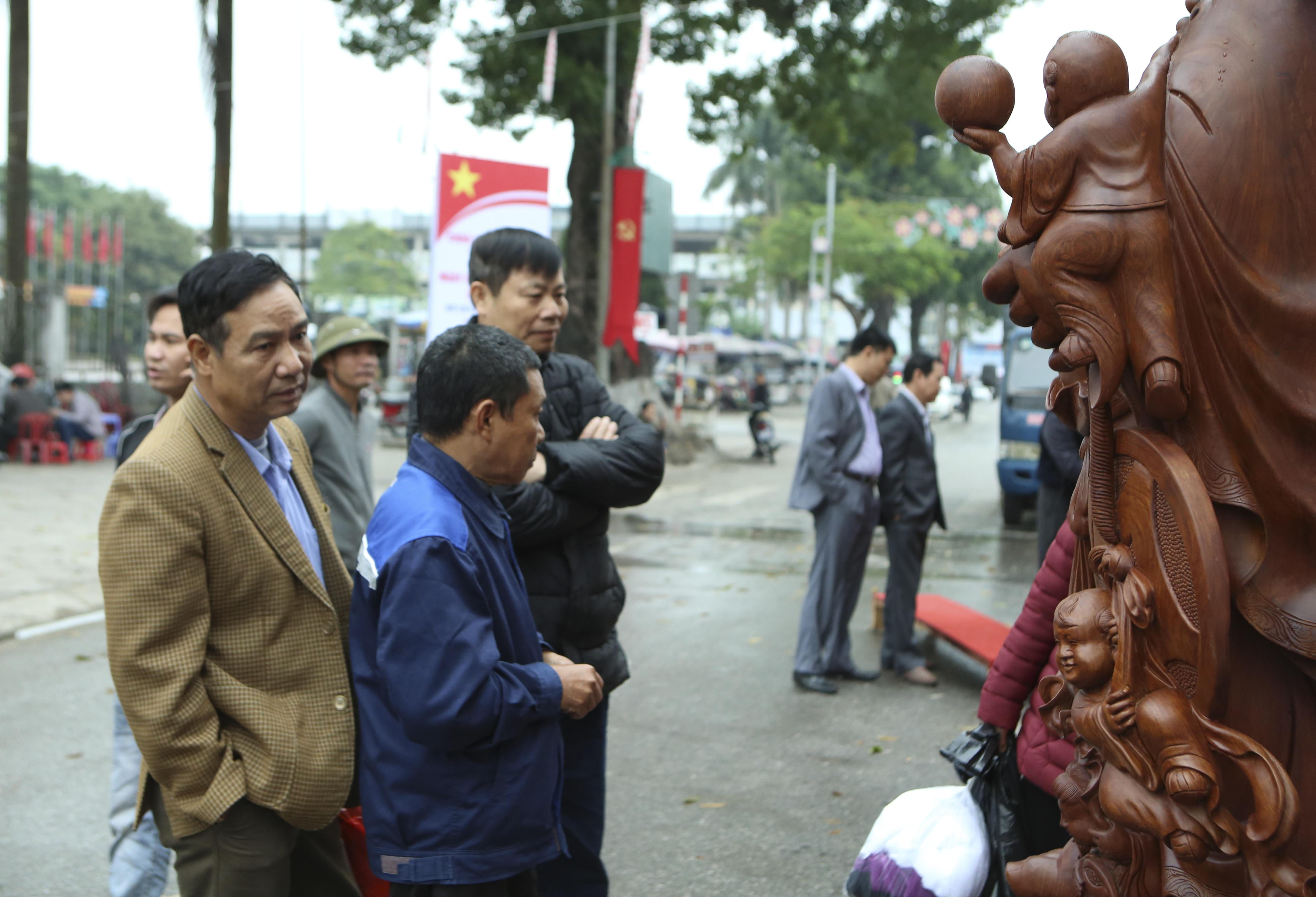 Choáng với bức tượng Phật Di Lặc Cửu tặc làm bằng gỗ hương giá 1 tỷ đồng - 11