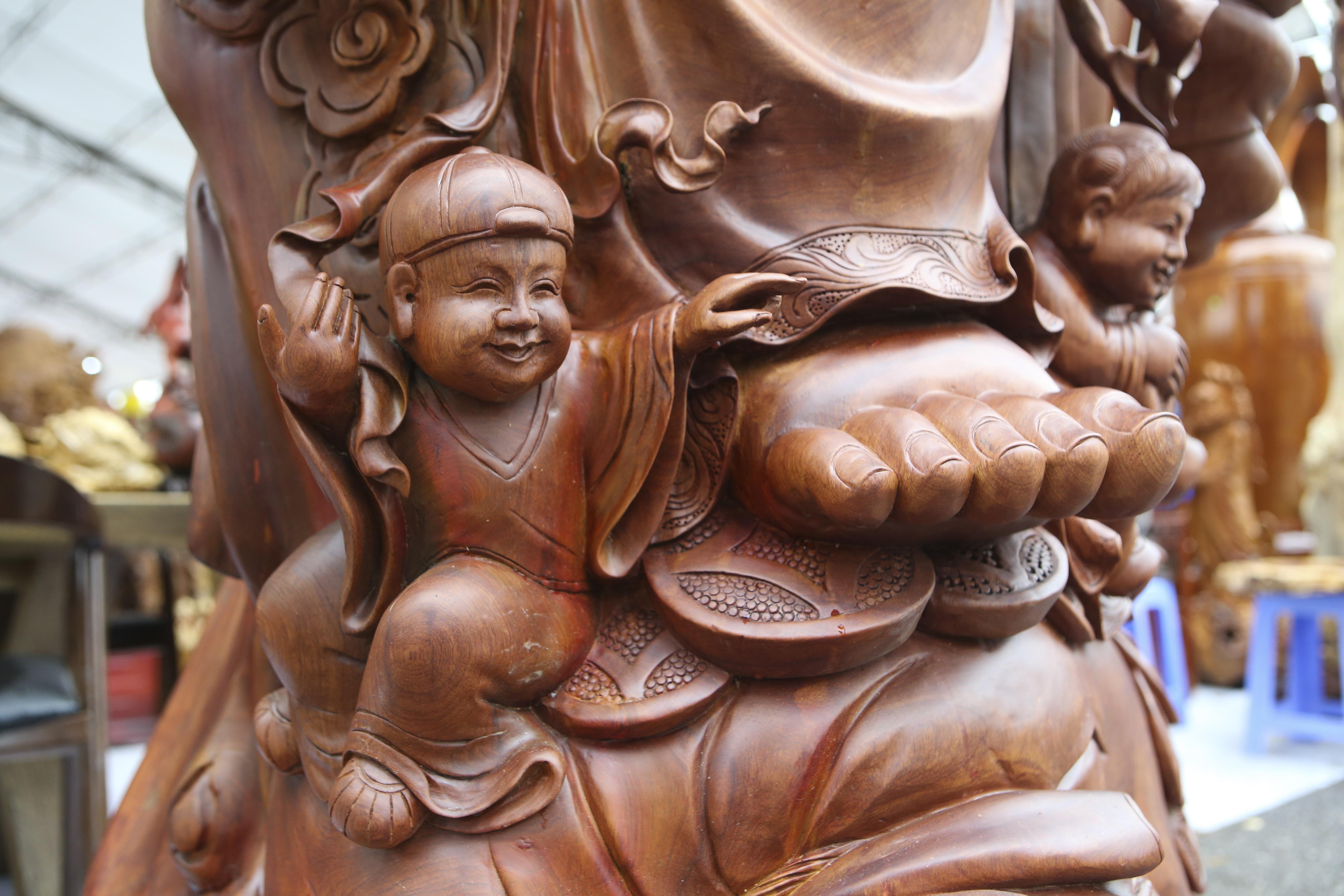 Choáng với bức tượng Phật Di Lặc Cửu tặc làm bằng gỗ hương giá 1 tỷ đồng - 4
