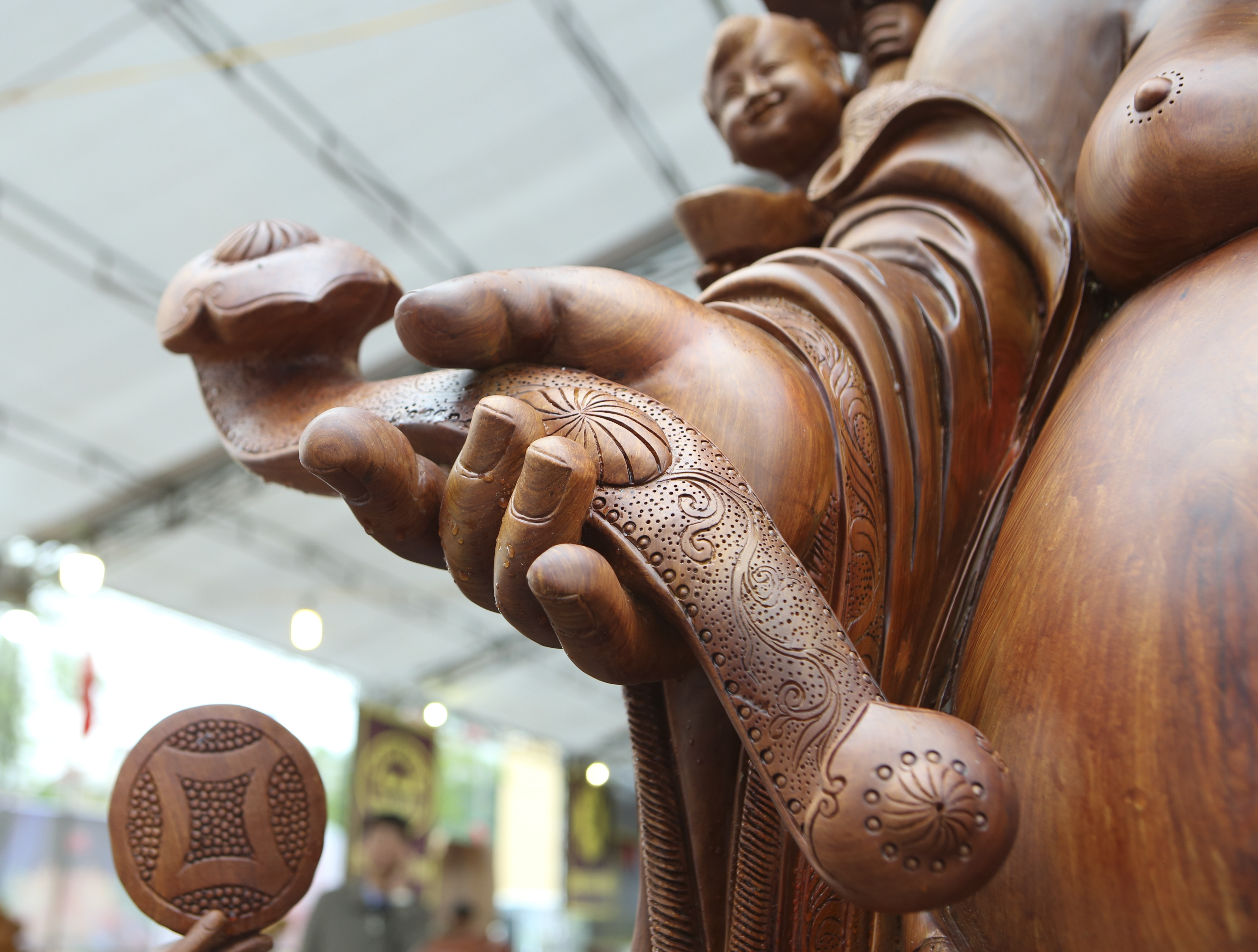 Choáng với bức tượng Phật Di Lặc Cửu tặc làm bằng gỗ hương giá 1 tỷ đồng - 7
