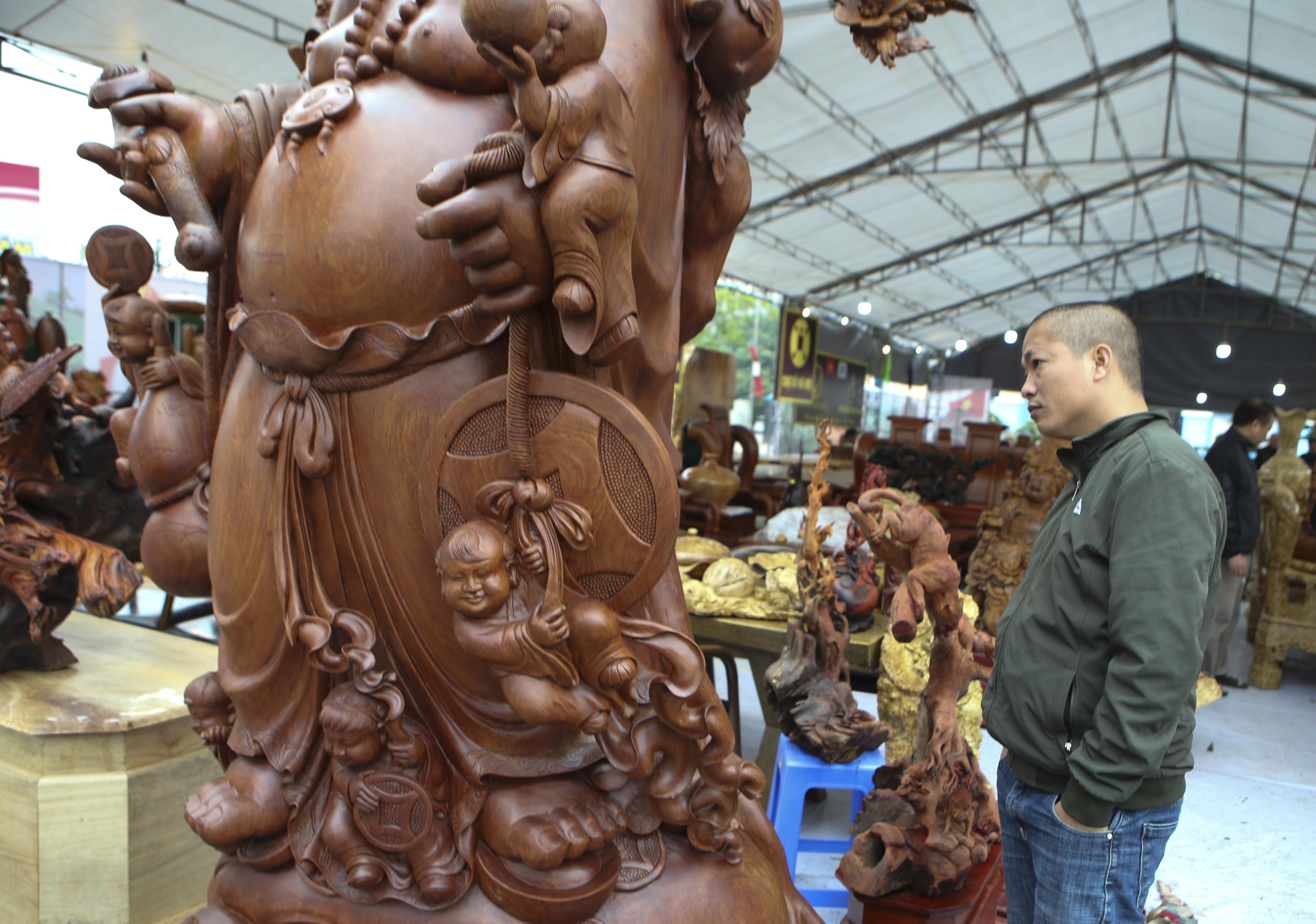 Choáng với bức tượng Phật Di Lặc Cửu tặc làm bằng gỗ hương giá 1 tỷ đồng - 3
