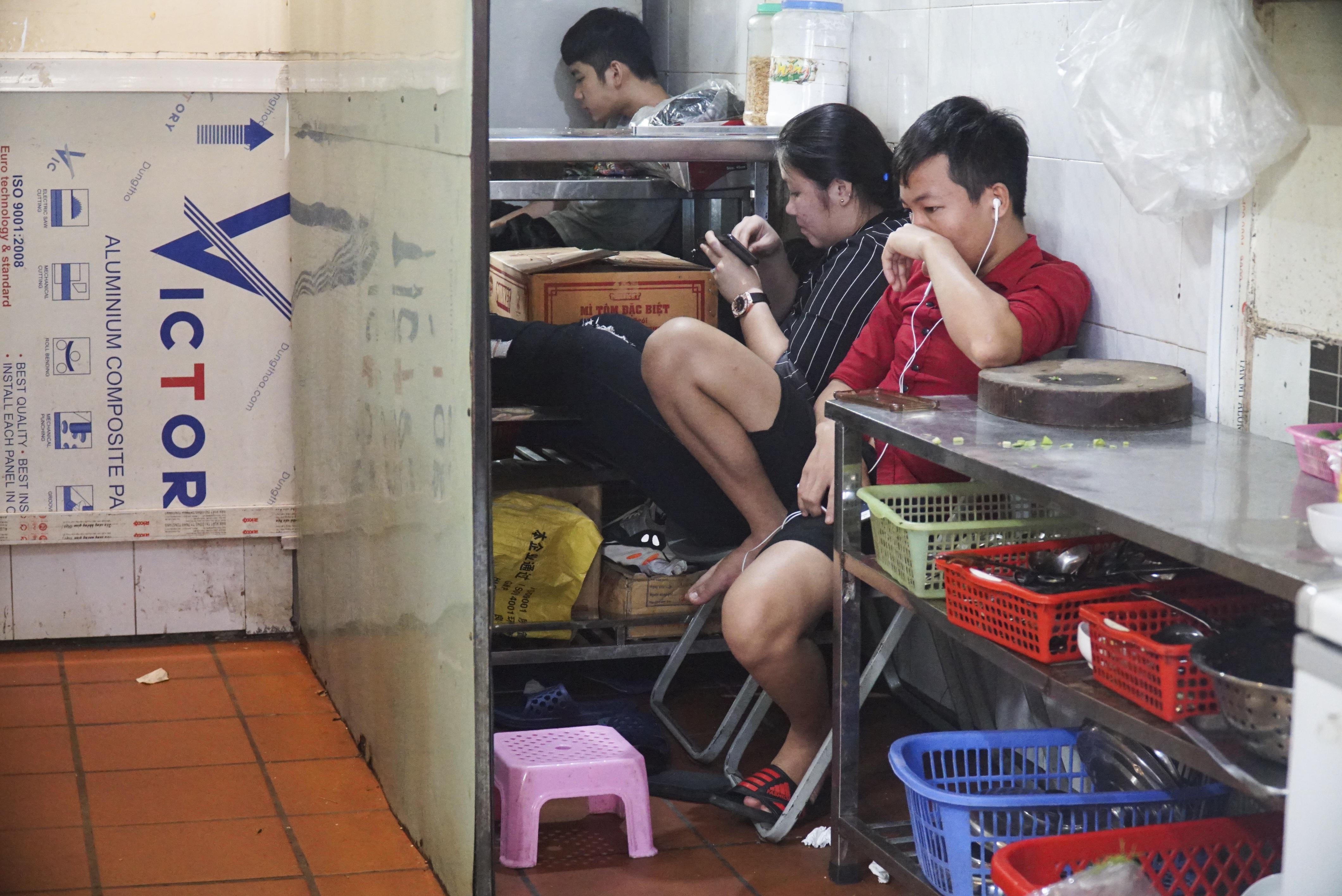 Hà Nội: Quán nhậu đìu hiu vắng khách, thất thu sau Nghị định 100 - 4