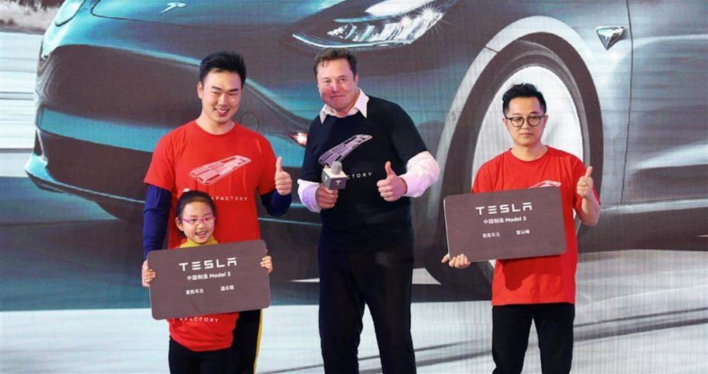 CEO Elon Musk cởi áo, nhảy múa ăn mừng chiếc xe Tesla đầu tiên sản xuất tại Trung Quốc - 1