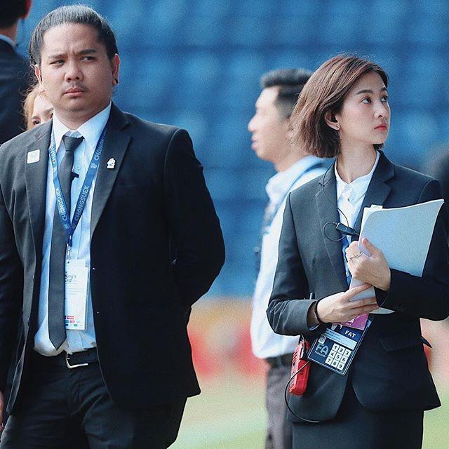 Nữ trợ lý phiên dịch xinh đẹp của U23 Việt Nam ở Thái Lan - 6