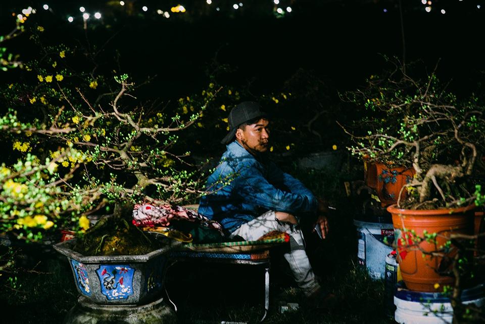 Trắng đêm trông cây ở chợ hoa Tết - 3