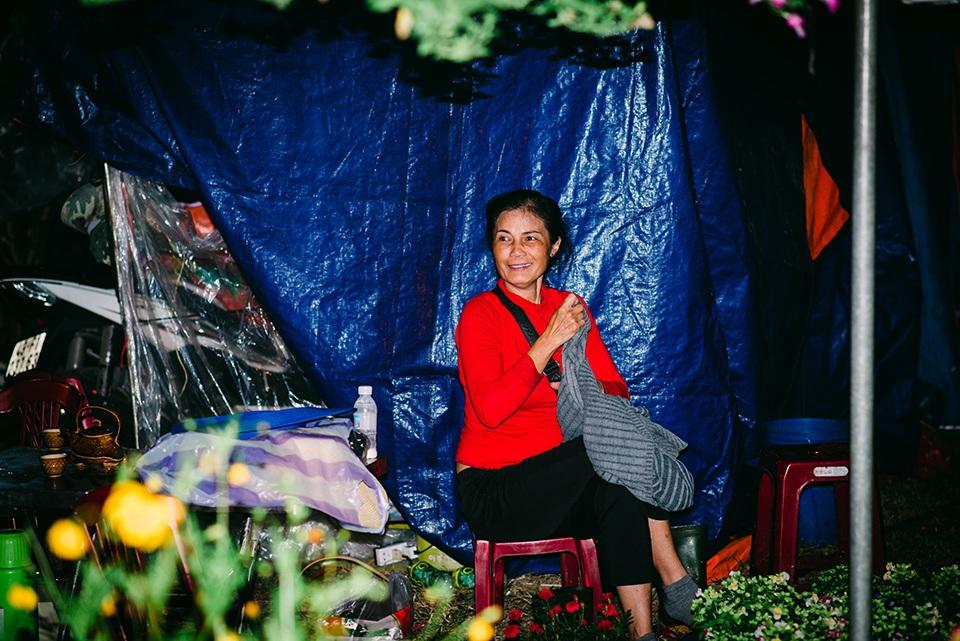 Trắng đêm trông cây ở chợ hoa Tết - 7
