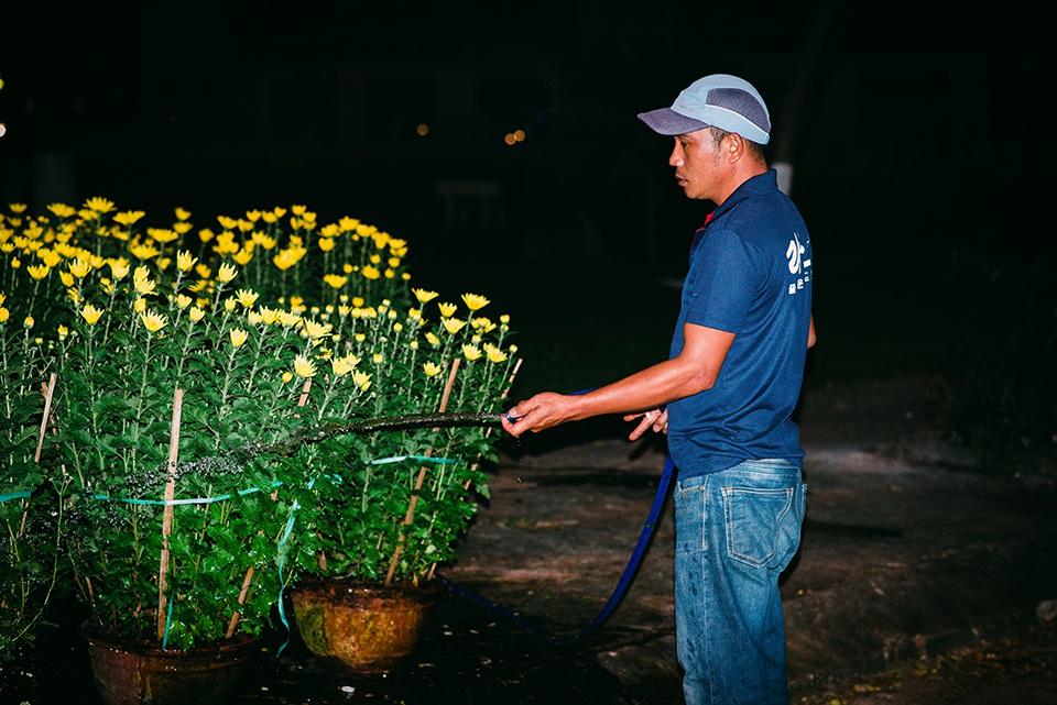 Trắng đêm trông cây ở chợ hoa Tết - 8