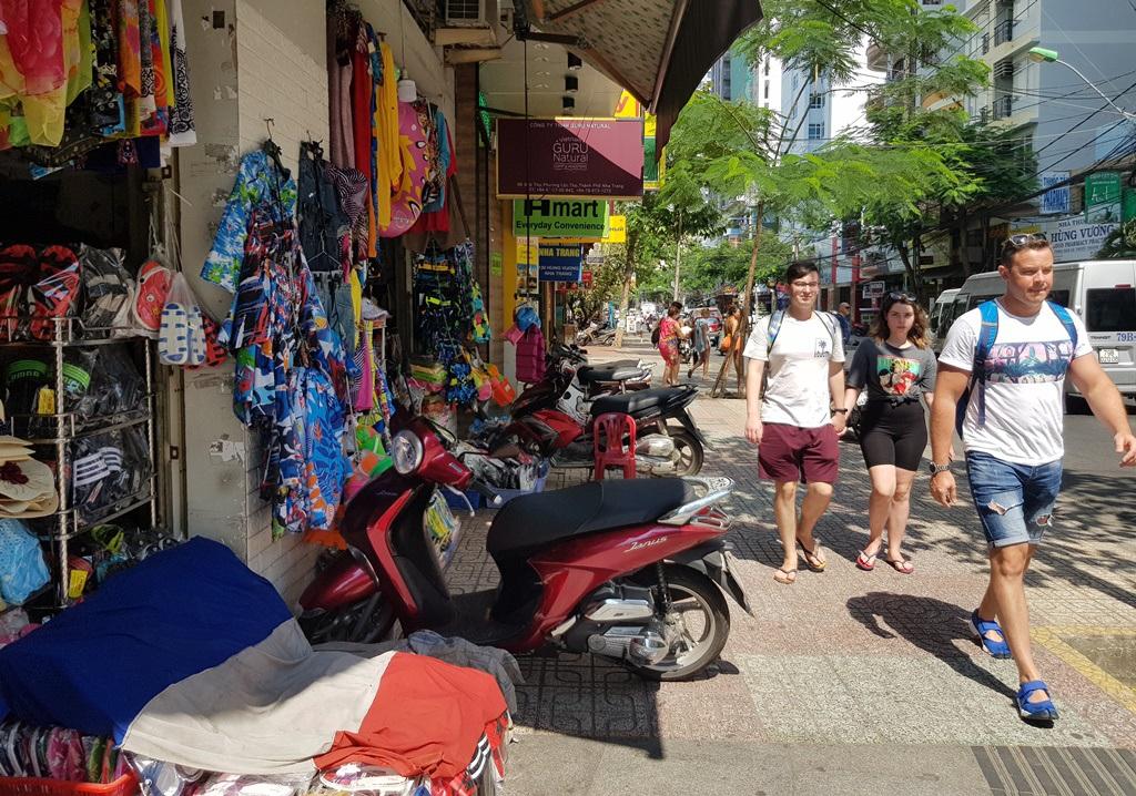 Nha Trang: Cửa hàng vắng khách, lái xe đón khách Trung Quốc thất nghiệp hàng loạt - 3