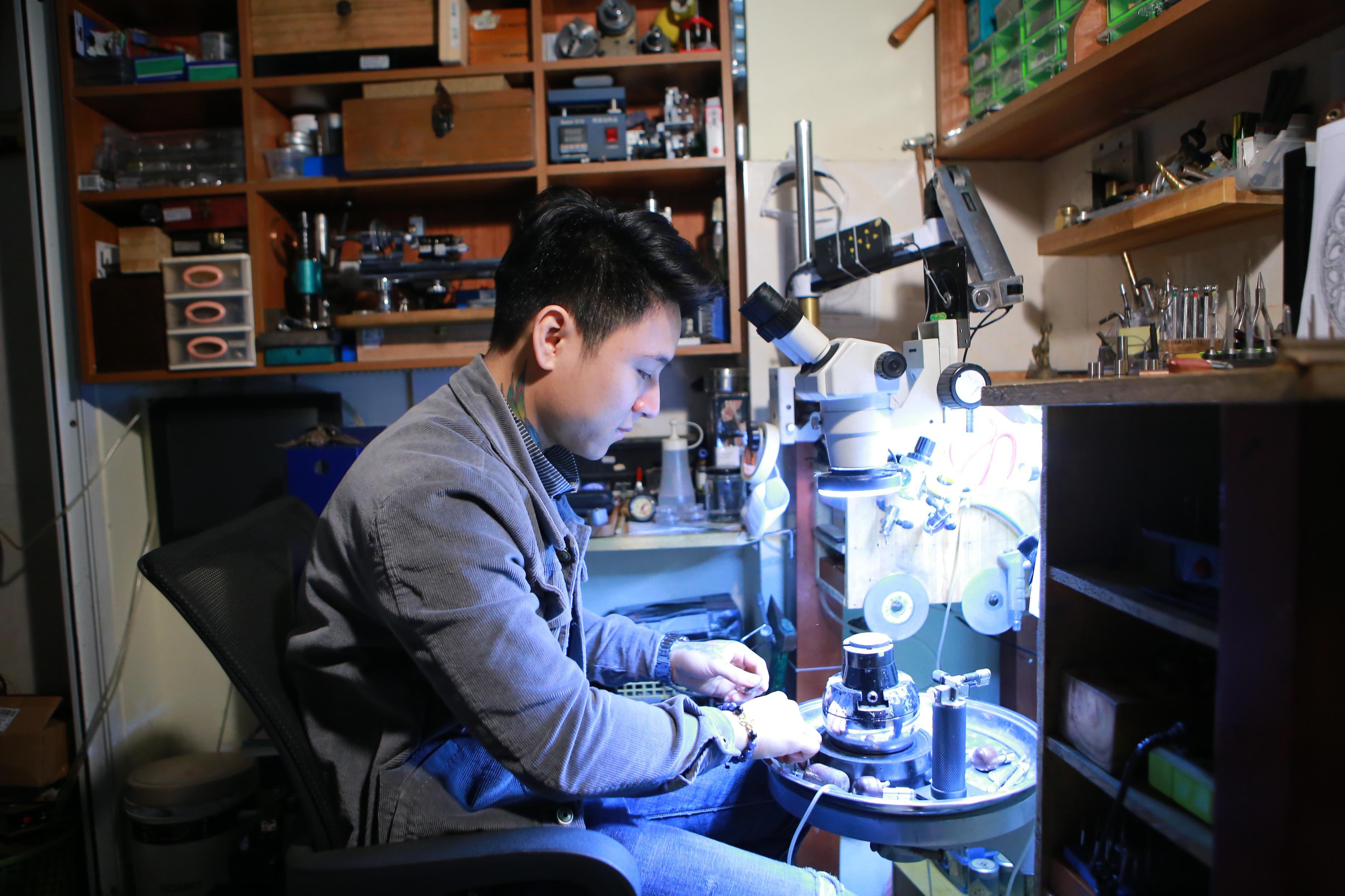 Độc đáo nghề chạm khắc đồng hồ ở Hà Nội - 16