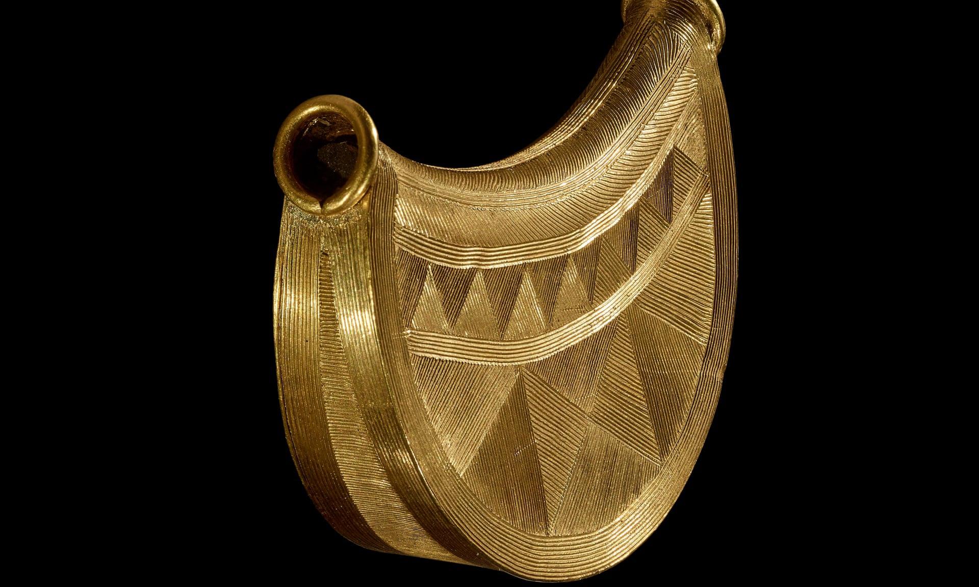Mặt dây chuyền bằng vàng ròng niên đại 3.000 năm tuổi có giá 7,5 tỷ đồng - 2