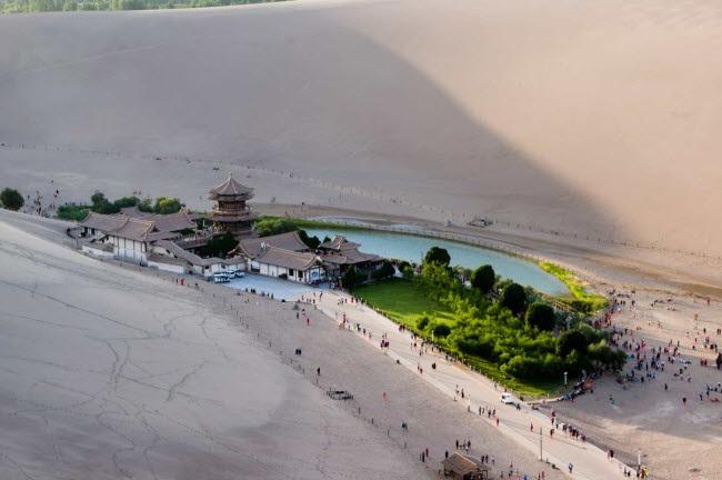 Bên trong ốc đảo 2.000 năm tuổi giữa sa mạc ở Trung Quốc - 1