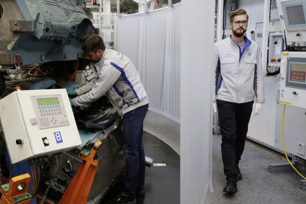 Có gì khác biệt bên trong các nhà máy ô tô mùa dịch Covid-19? - 17